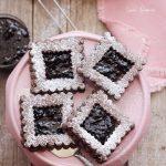 Biscuiti de ciocolata cu gem de cirese