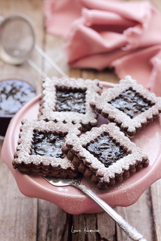 Biscuiti de ciocolata cu gem de cirese detaliu platou