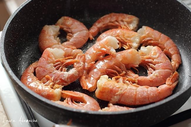 Wraps cu hummus de naut si mazare preparare creveti