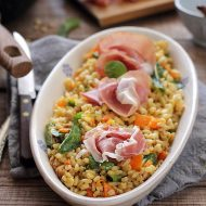 Salata calda cu orz si prosciutto crudo