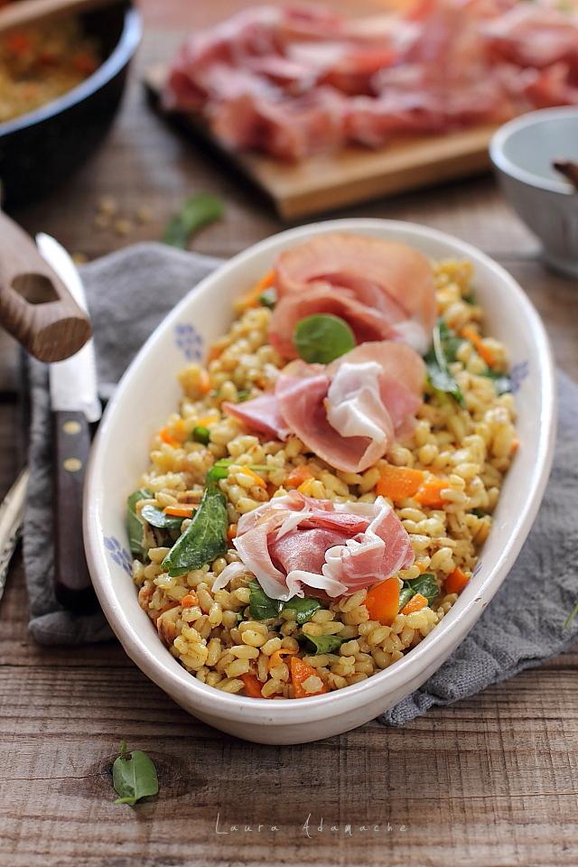 Salata calda cu orz si prosciutto crudo detaliu platou