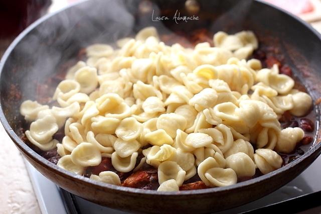Paste cu macrou si fasole rosie detaliu preparare