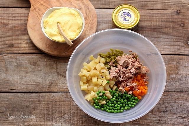 amestecare ingrediente salata ruseasca cu ton
