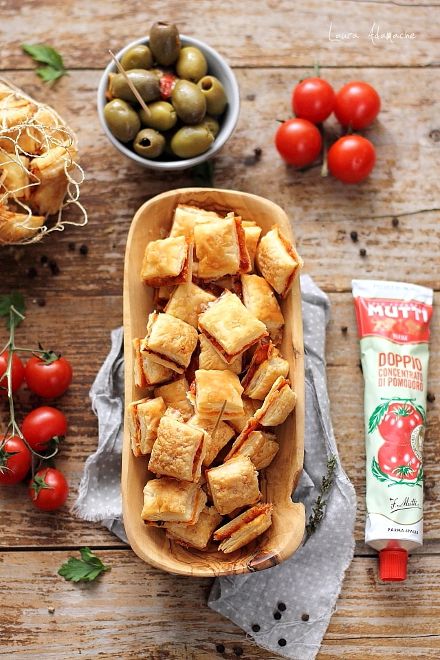 Cuburi de aperitiv cu foietaj, rosii Mutti si cascaval