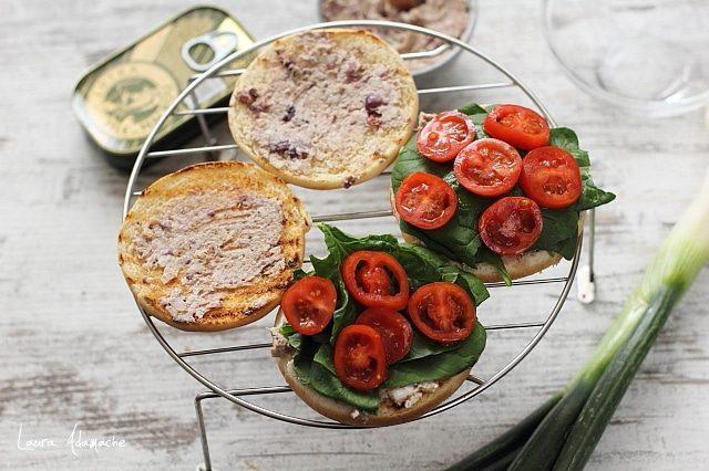 Chifle pentru Sandvis cu spanac si crema de macrou detaliu