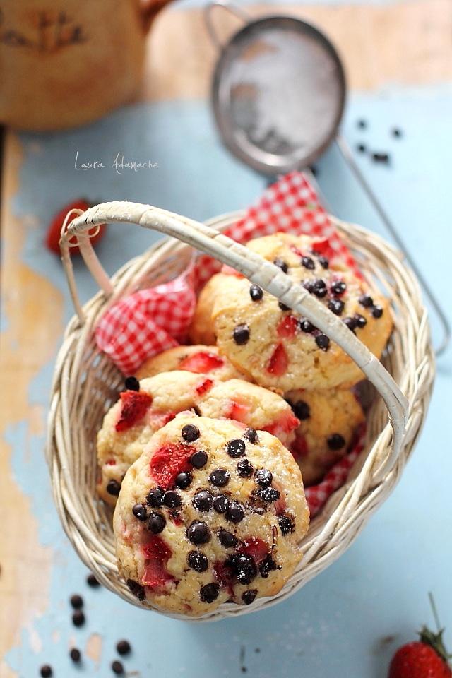 Detaliu biscuiti cu capsune copti