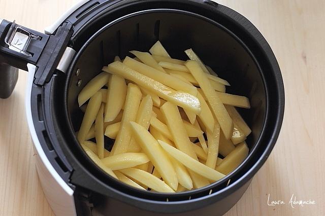 peste pane cu cartofi prajiti la friteuza
