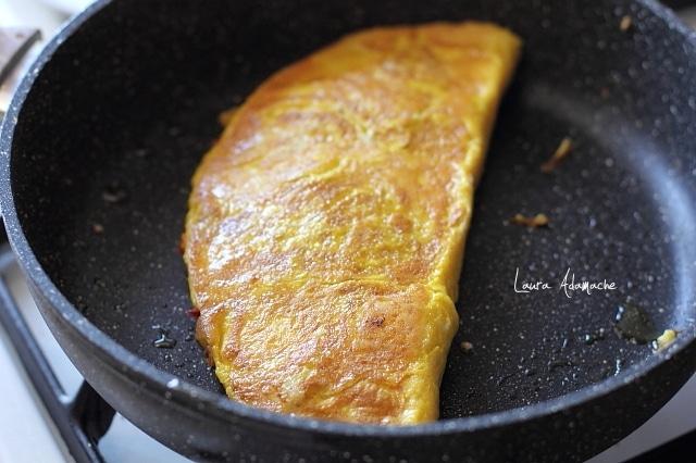 omleta prajita in tigaie