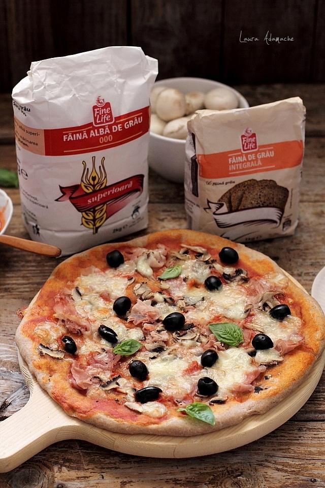 Pizza cu masline, ciuperci si prociutto cotto detaliu