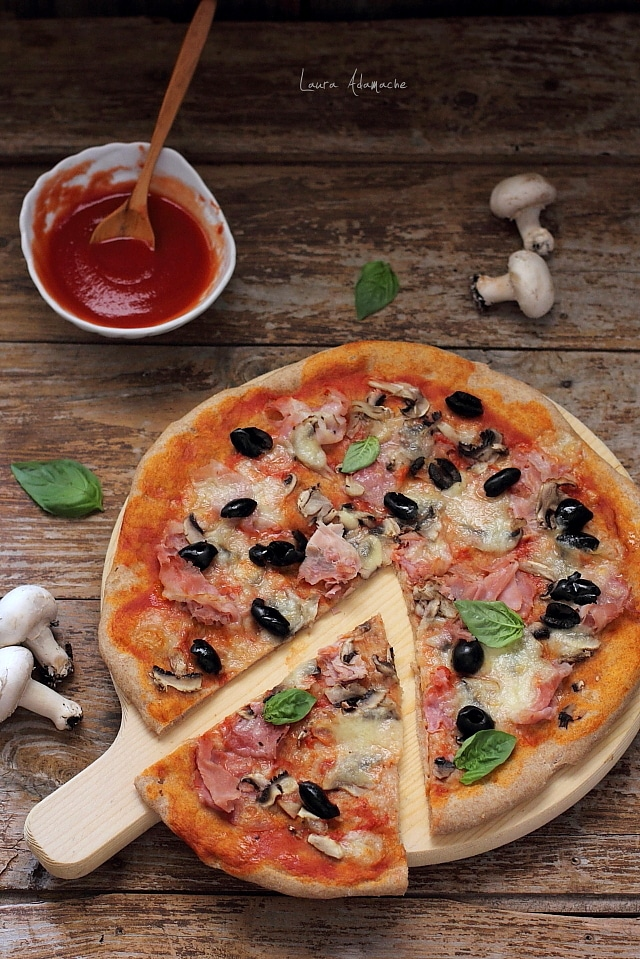 felie pizza cu masline, ciuperci si prosciutto cotto