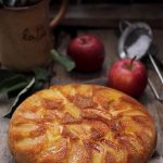 Prajitura rasturnata cu mere la tigaie