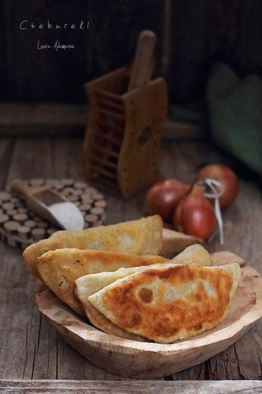 chebureki-placinte-carne-buna