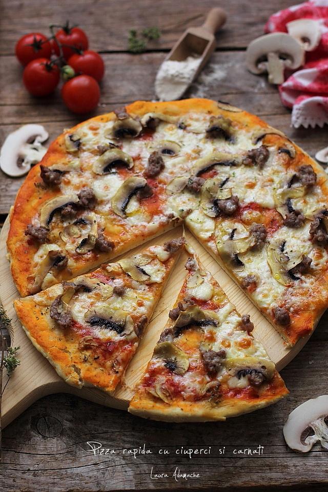 Pizza cu ciuperci si carnati felii