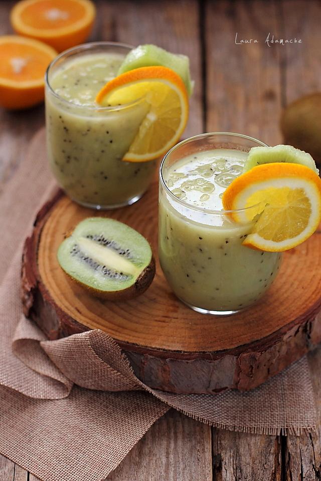 Smoothie cu kiwi, portocale si banane pahare