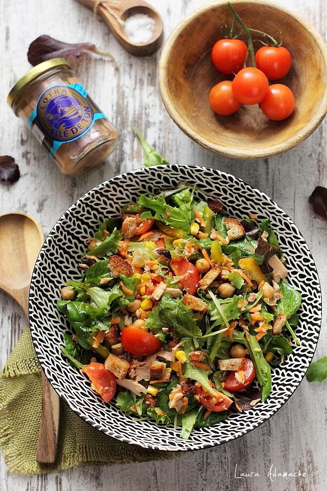 salata mediteraneana cu ton detaliu