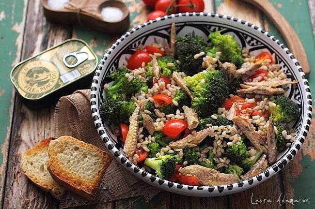 salata cu broccoli, macrou si rosii detaliu