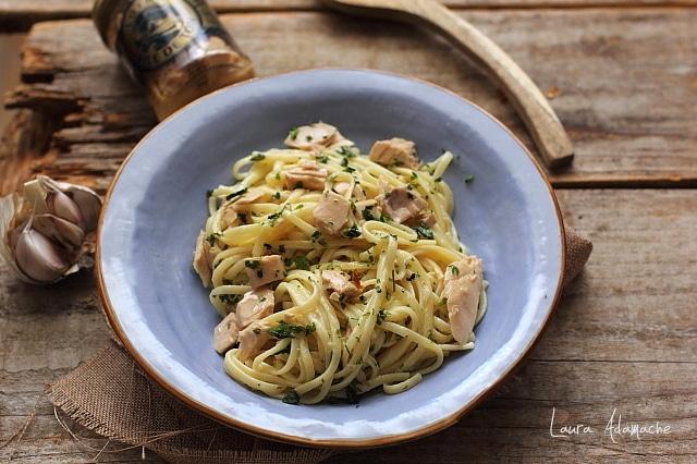 spaghete cu ton si usturoi detaliu