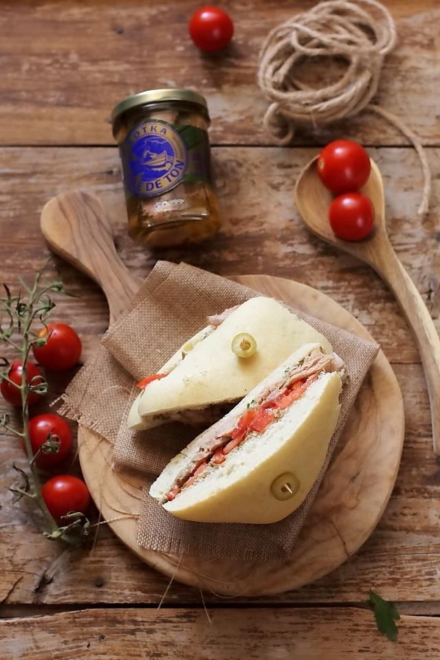 sandvis cu ton si crema de ciuperci detaliu