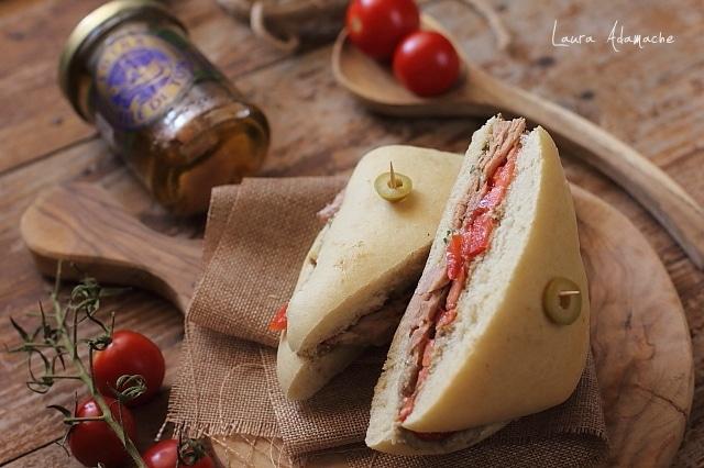 sandvis cu hribi si ton